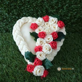 Exkluzivní sýrový dort na dřevěném podnosu: malé srdce - červené