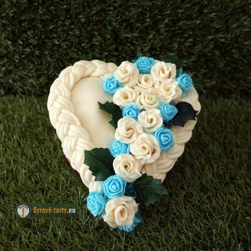 Exkluzivní sýrový dort na dřevěném podnosu: malé srdce - modré