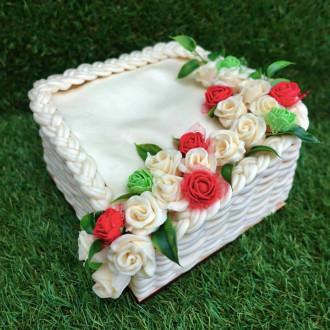 Exkluzivní sýrový dort na dřevěném podnosu: kostka