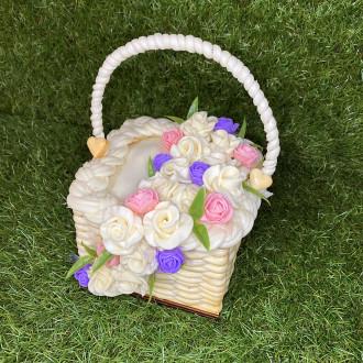 Exkluzivní sýrový dort na dřevěném podnosu: fialovo rúžový košík