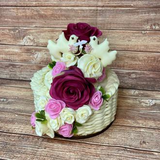 Exkluzivní sýrový svatební dort na dřevěném podnosu: s holoubky a prstínky